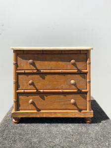 Modèle de commode en bois doux avec détails en bambou et plateau en marbre.