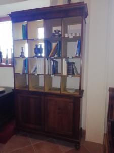 Bibliothèque particulière en bois avec divers compartiments, en noyer et portes, Italie centrale du XIXe siècle