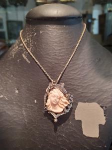 Camée en corail rose avec rosaces de diamants et de saphirs, montée sur or blanc du début des années 1900