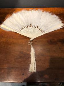 Eventail en ivoire gravé de scènes populaires et de plumes d'oiseaux Chine.