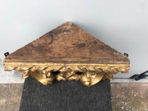 Étagère d'angle en bois sculpté et feuille d'or.