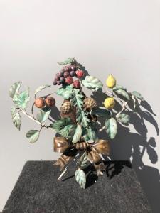 Applique à un feu en métal peint à décor de fruits.