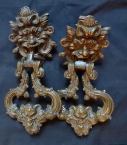 Splendide paire de heurtoirs en bronze du XVIIe siècle