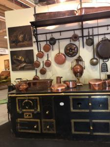 Cuisine cheminée Nime avec accessoires en cuivre