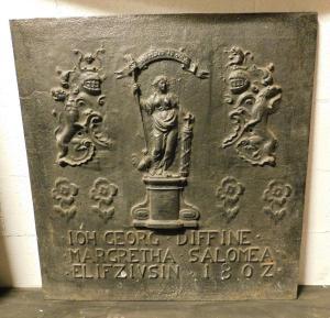 p196 plaque de cheminée en fonte avec noms et date 1807, mis. cm 78 xh 82